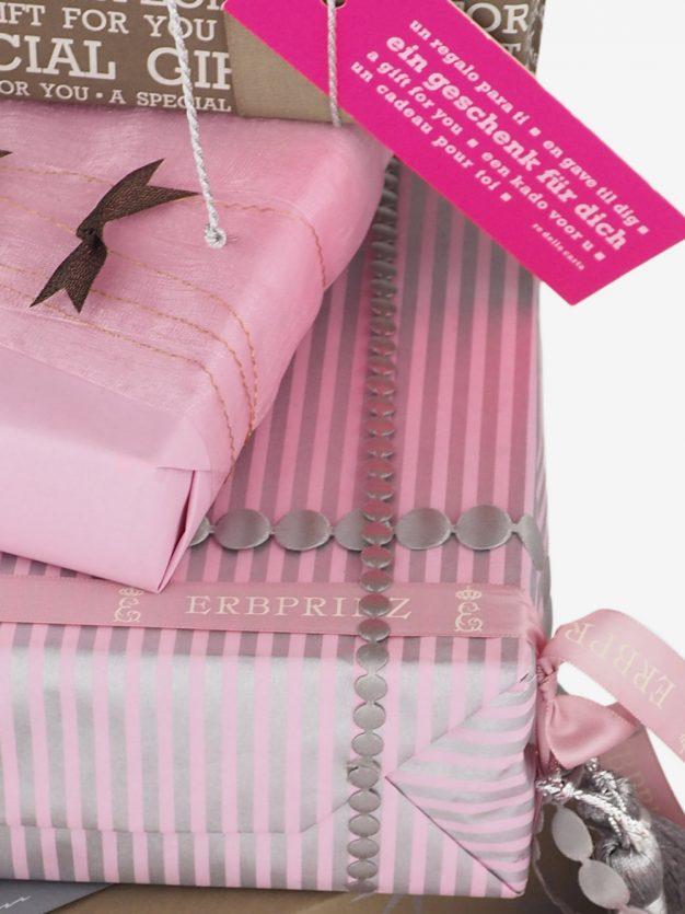 geschenkpapierverpackung-altrosa-mit-streifen-silber