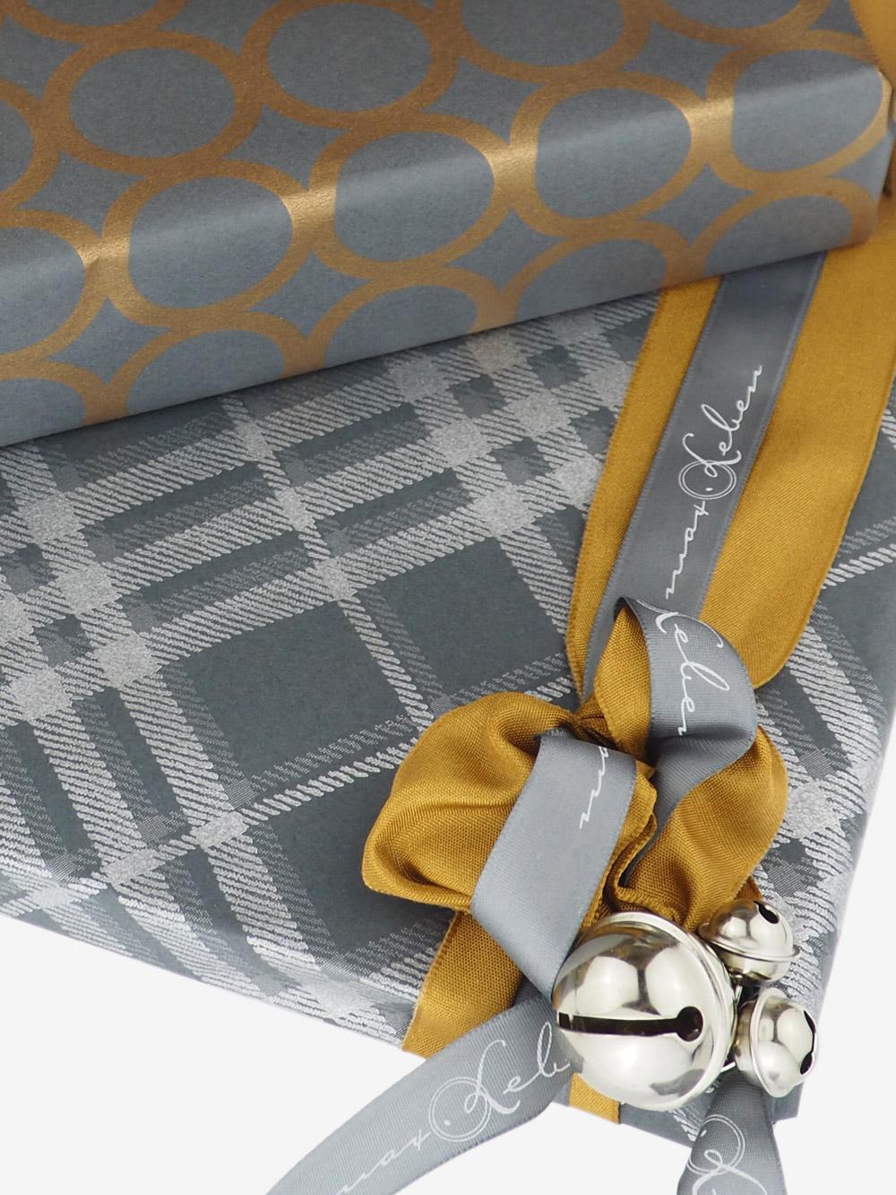geschenkpapierverpackung-anthrazit-mit-karo-silber