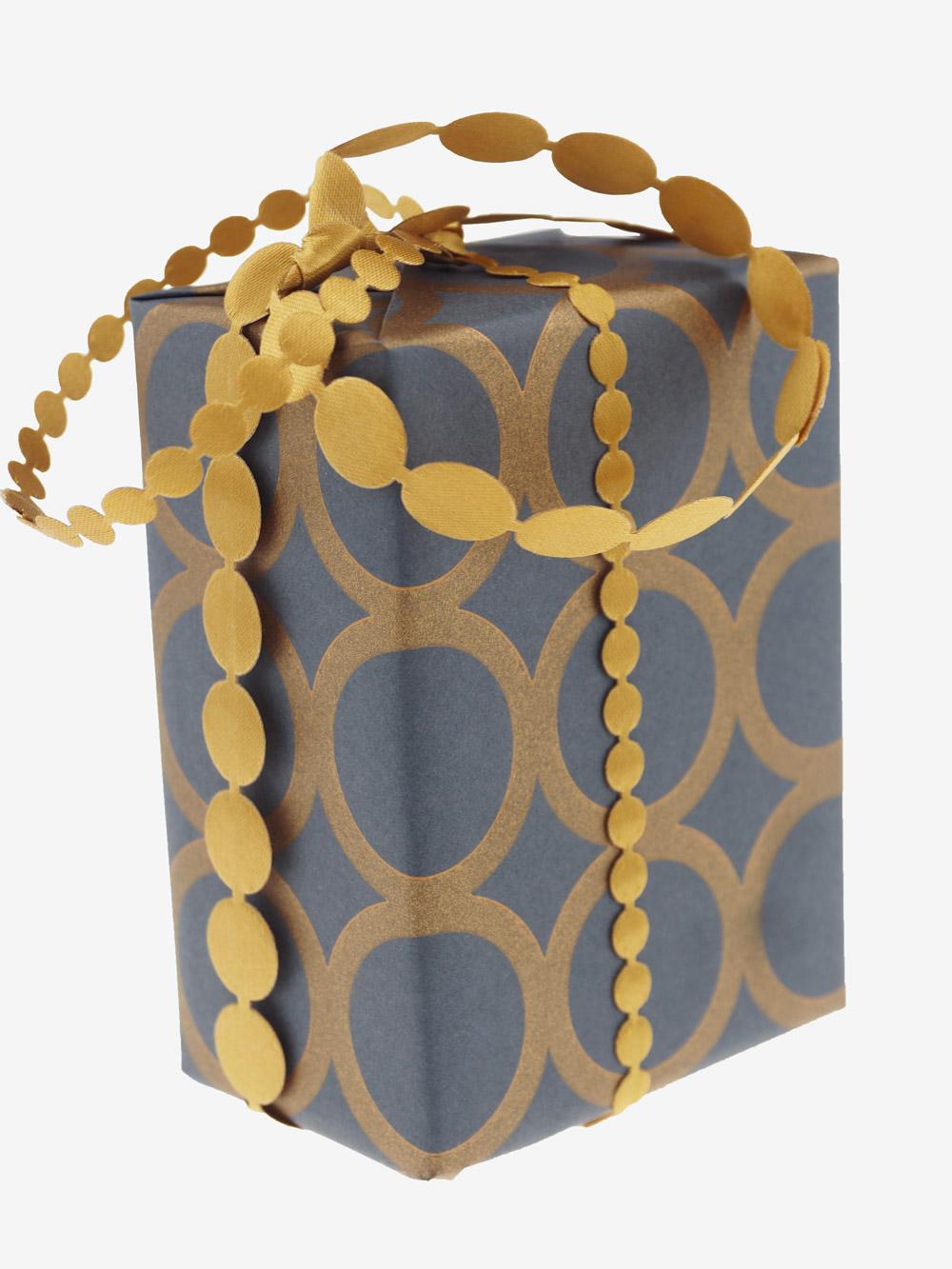 geschenkpapierverpackung-anthrazit-mit-ringe-gold