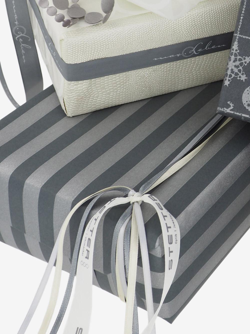 geschenkpapierverpackung-anthrazit-mit-streifen-silber