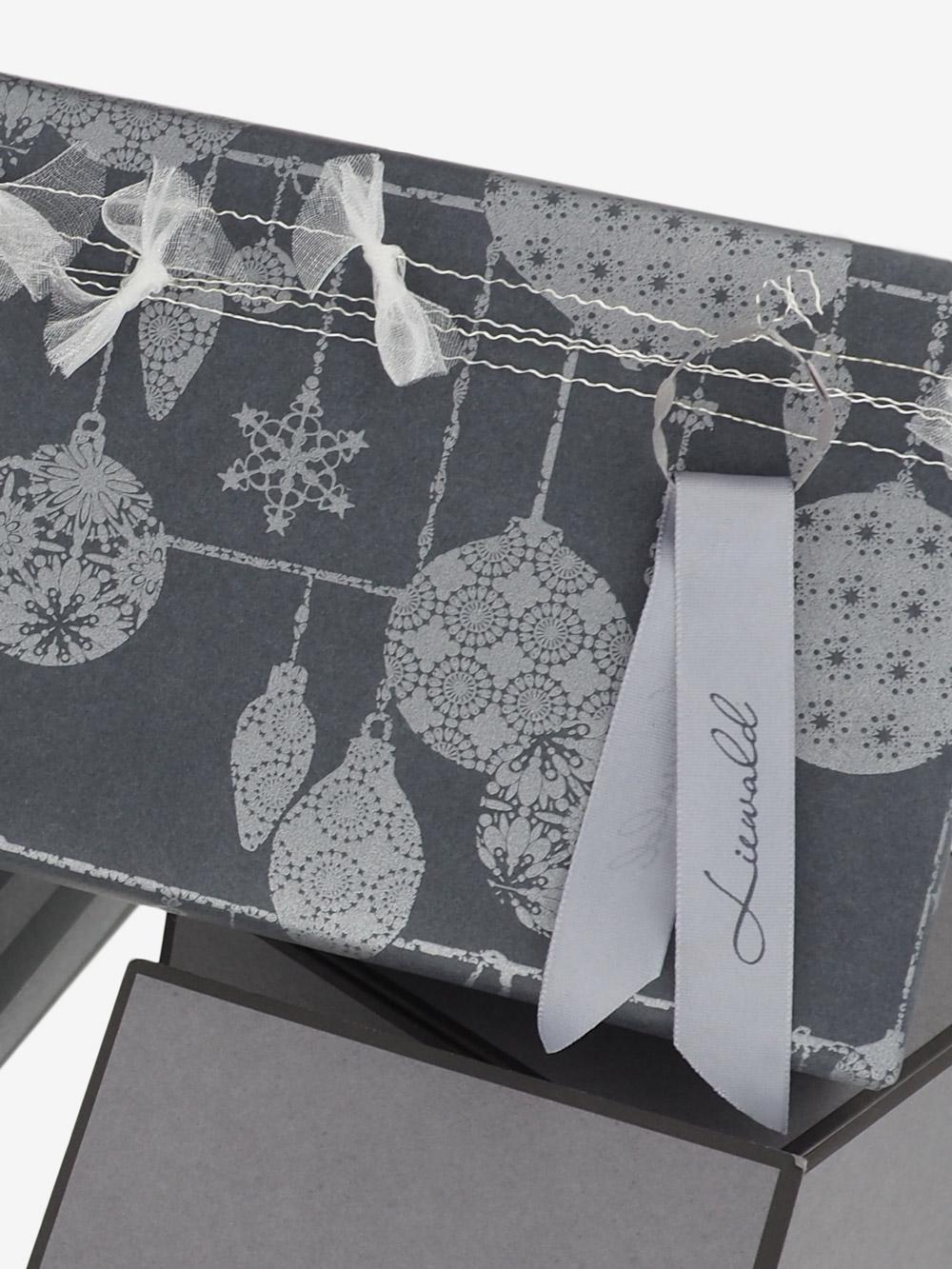 geschenkpapierverpackung-anthrazit-mit-weihnachtskugeln-silber