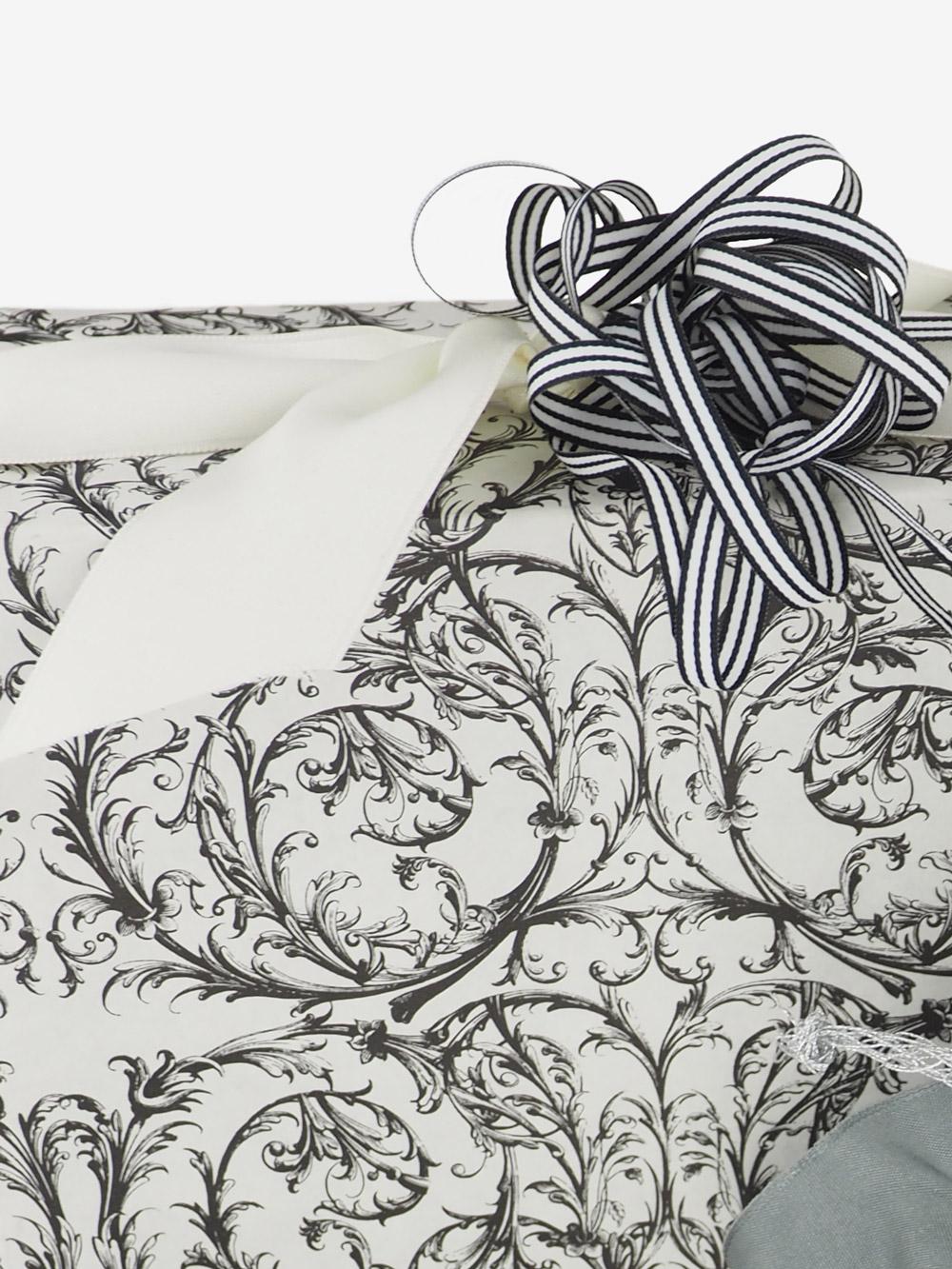 geschenkpapierverpackung-creme-mit-barock-schwarz