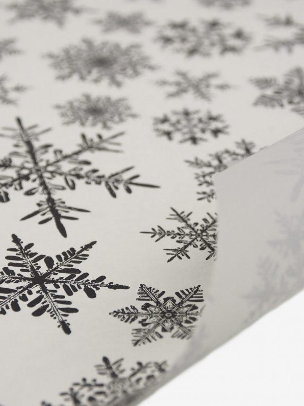 geschenkpapierbogen-creme-mit-eiskristallen-schwarz