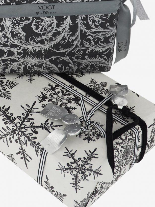 geschenkpapierverpackung-creme-mit-eiskristallen-schwarz
