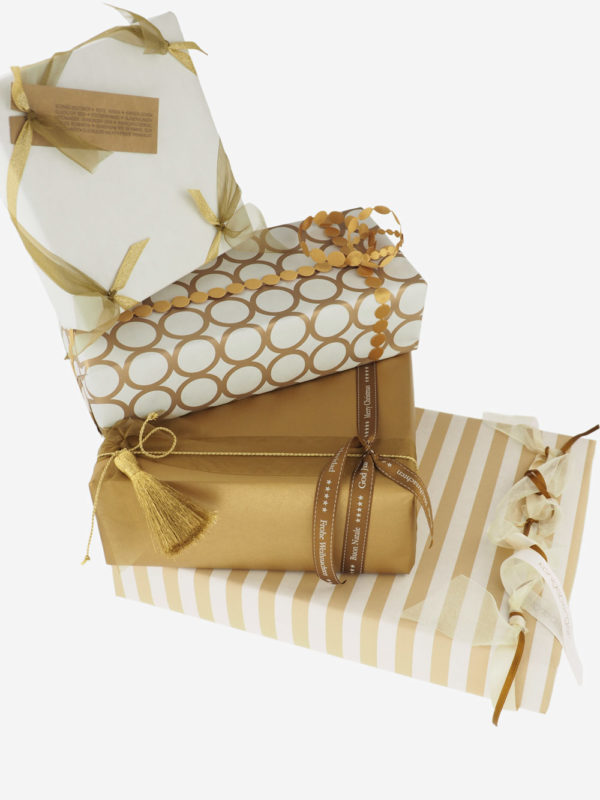 geschenkpapierpaeckchen-creme-mit-ringe-gold