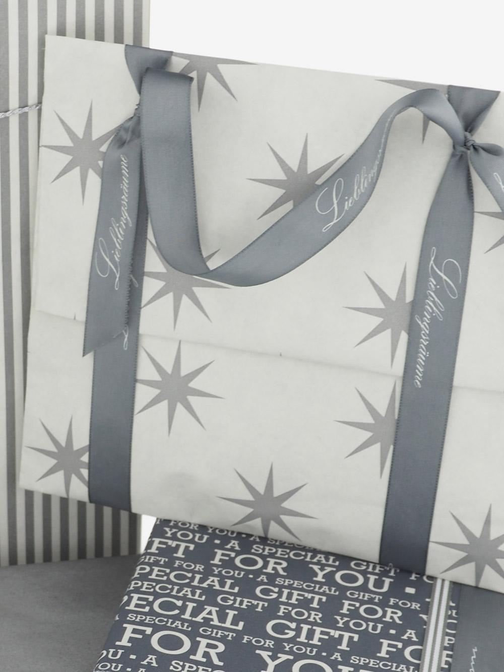 geschenkpapierverpackung-creme-mit-sternen-grau