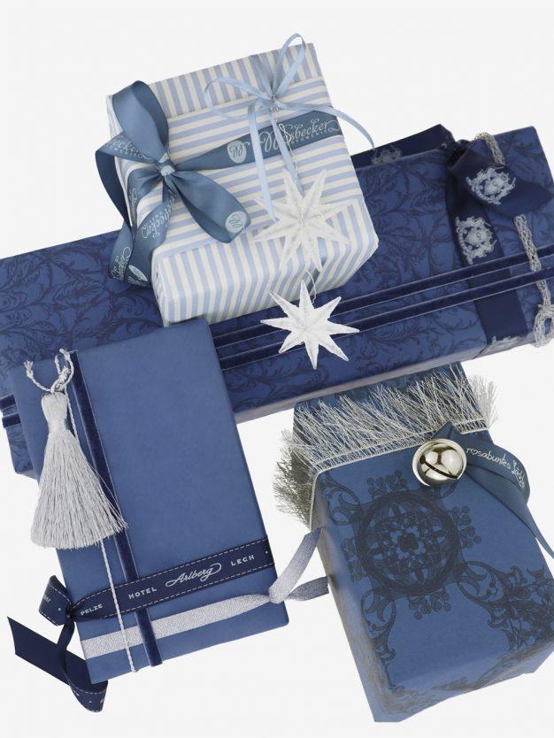 geschenkpapierpaeckchen-creme-mit-streifen-hellblau
