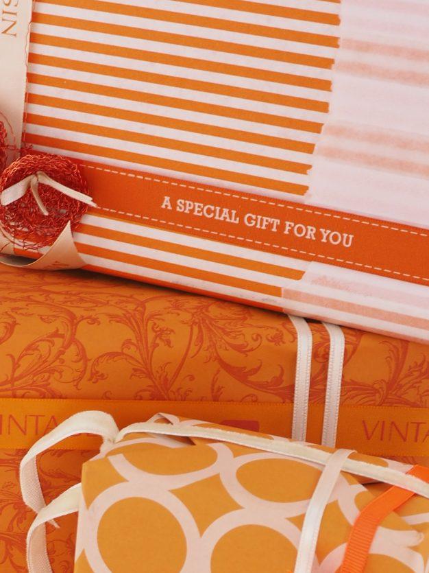 geschenkpapierverpackung-creme-mit-streifen-orange