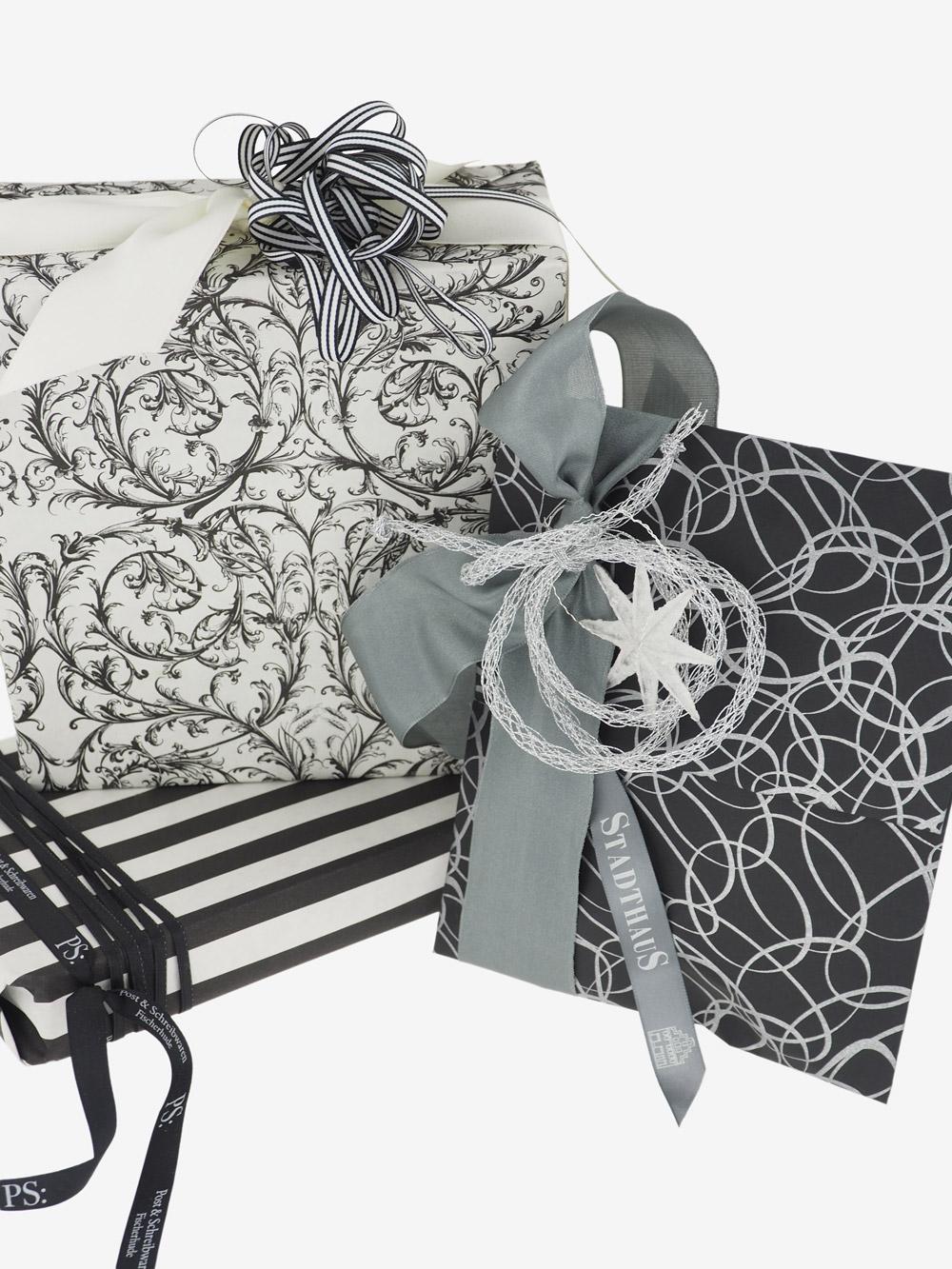 geschenkpapierpaeckchen-creme-mit-streifen-schwarz