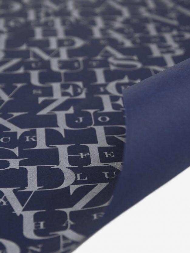 geschenkpapierbogen-dunkelblau-mit-abc-silber