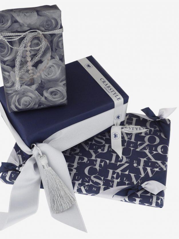 geschenkpapierpaeckchen-dunkelblau-mit-abc-silber