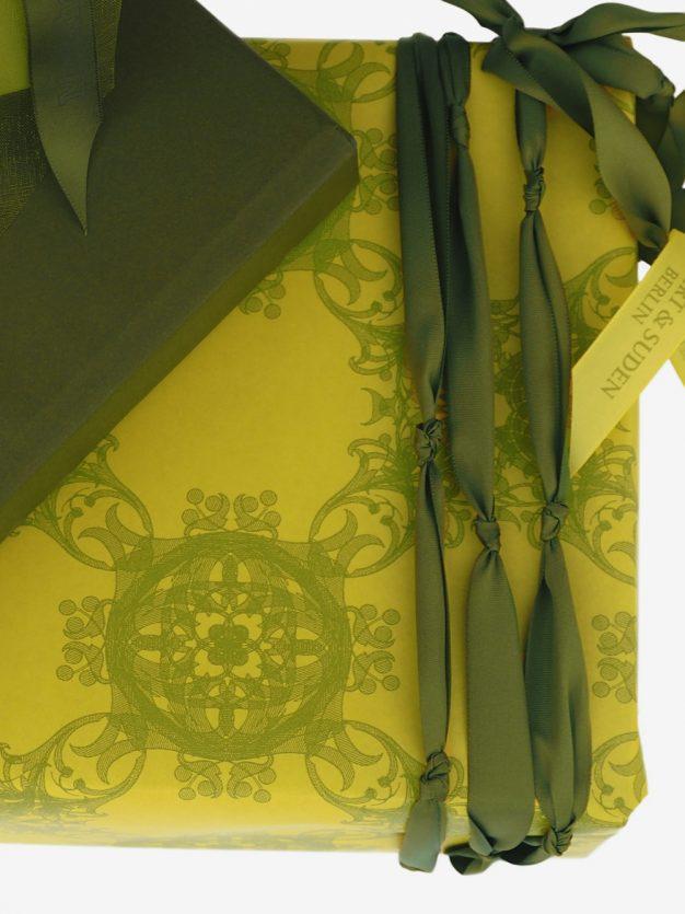 geschenkpapierpaeckchen-gelb-mit-jugendstil-olivgruen