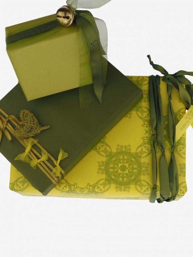 geschenkpapierverpackung-gelb-mit-jugendstil-olivgruen