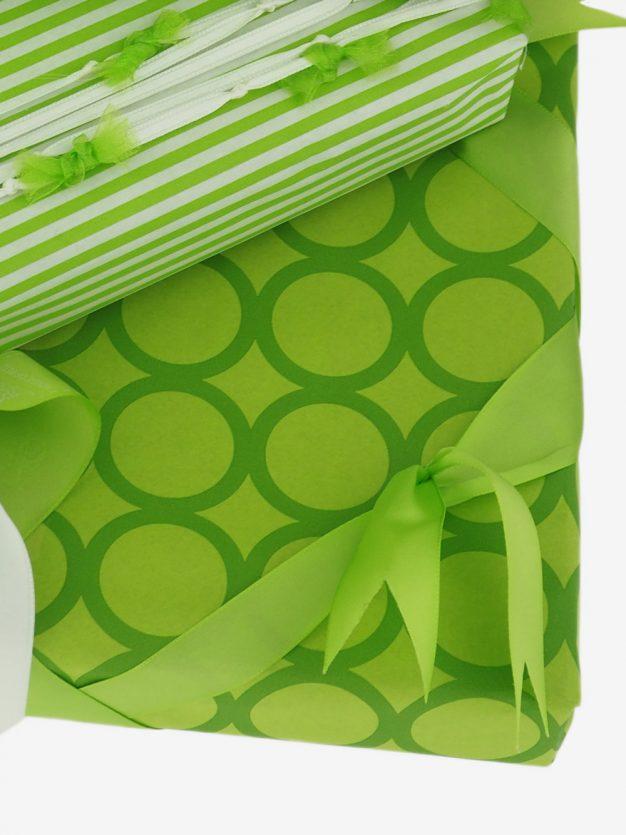 geschenkpapierverpackung-hellgruen-mit-ringe-gruen