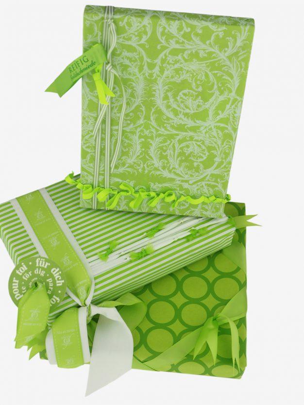 geschenkpapierpaeckchen-hellgruen-mit-ringe-gruen