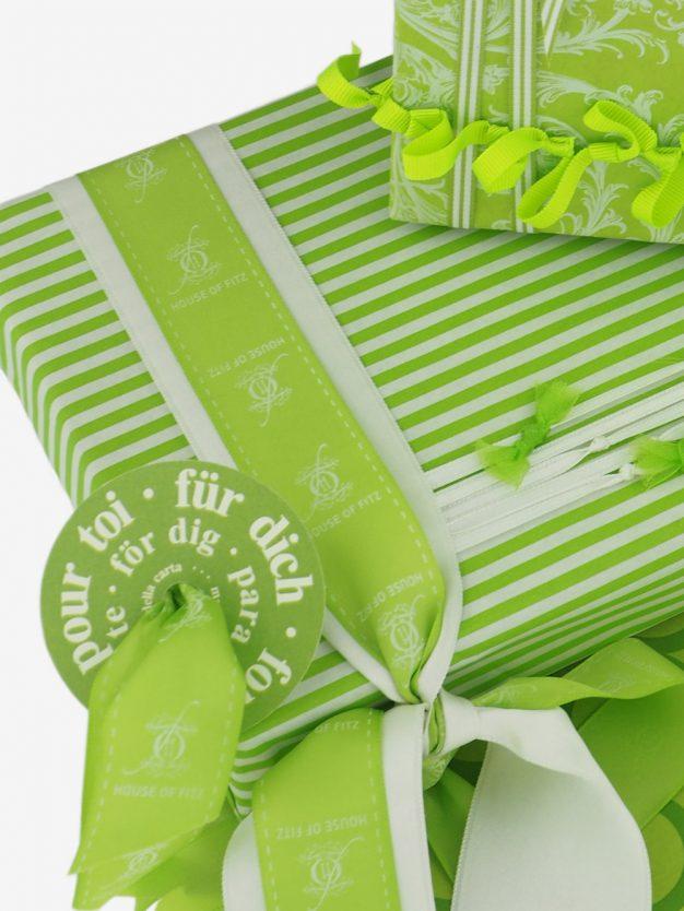 geschenkpapierverpackung-creme-mit-streifen-hellgruen