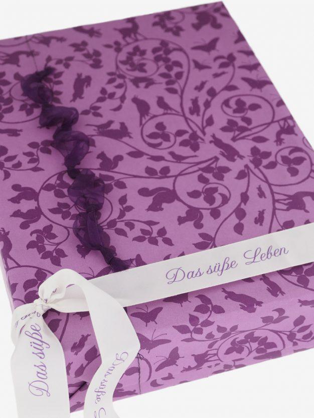 geschenkpapierverpackung-lavendel-mit-blaetterwald-flieder