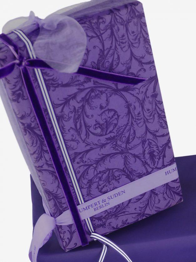 geschenkpapierverpackung-lila-mit-barock-dunkellila