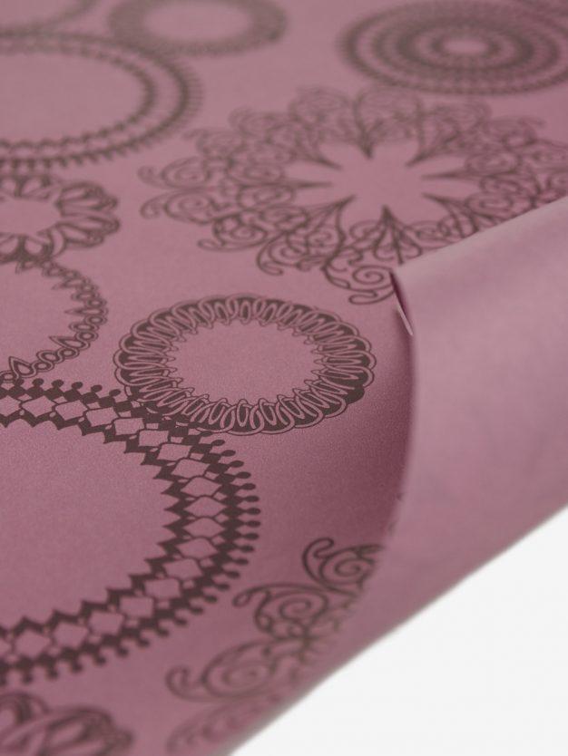 geschenkpapierbogen-mauve-mit-ornamente-braun