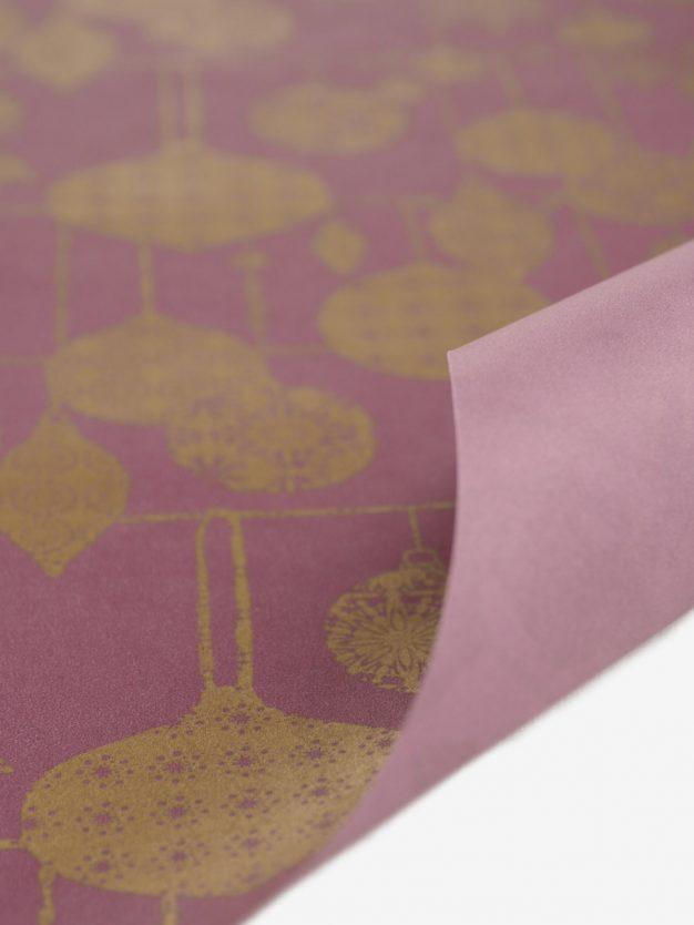 geschenkpapierbogen-mauve-mit-weihnachtskugeln-gold