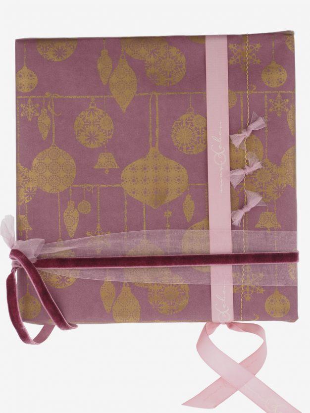 geschenkpapierverpackung-mauve-mit-weihnachtskugeln-gold