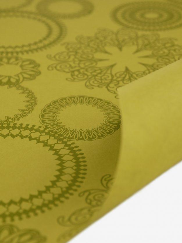 geschenkpapierbogen-gelb-olivgruen-mit-ornamente-gruen