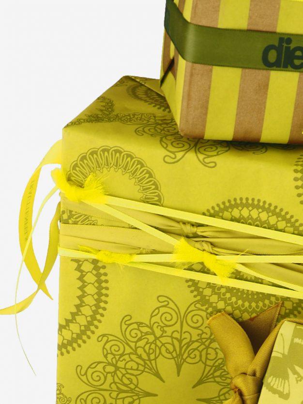 geschenkpapierverpackung-gelb-olivgruen-mit-ornamente-gruen