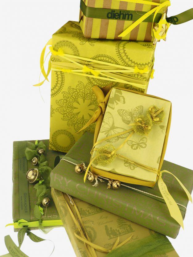 geschenkpapierpaeckchen-gelb-olivgruen-mit-ornamente-gruen