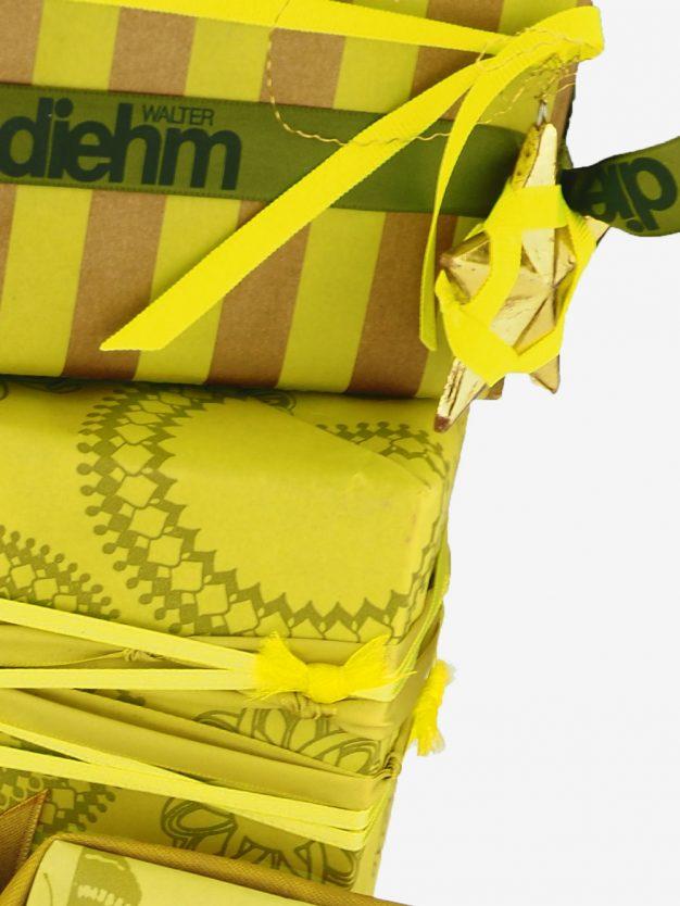 geschenkpapierverpackung-gelb-olivgruen-mit-streifen-gold