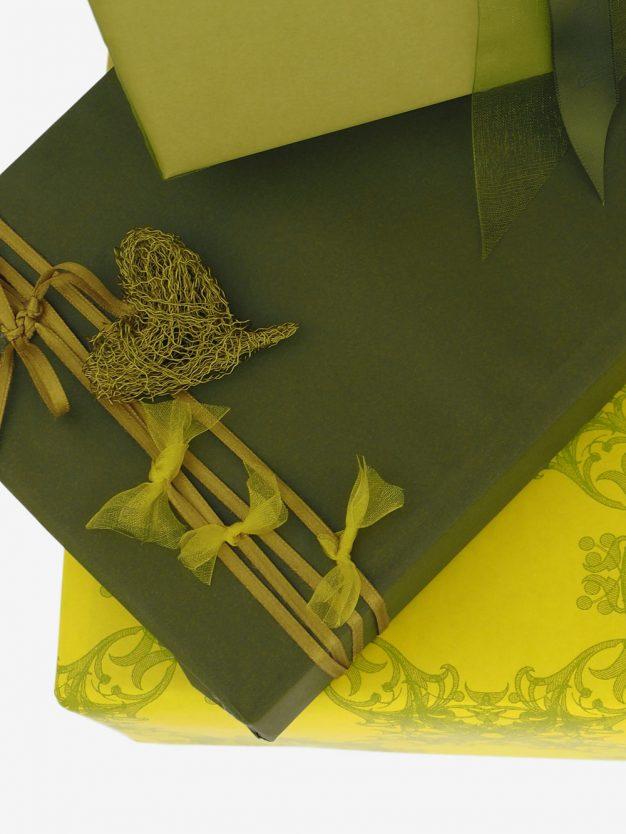 geschenkpapierverpackung-olivgruen-uni