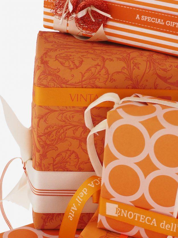 geschenkpapierverpackung-orange-mit-barock-dunkelorange