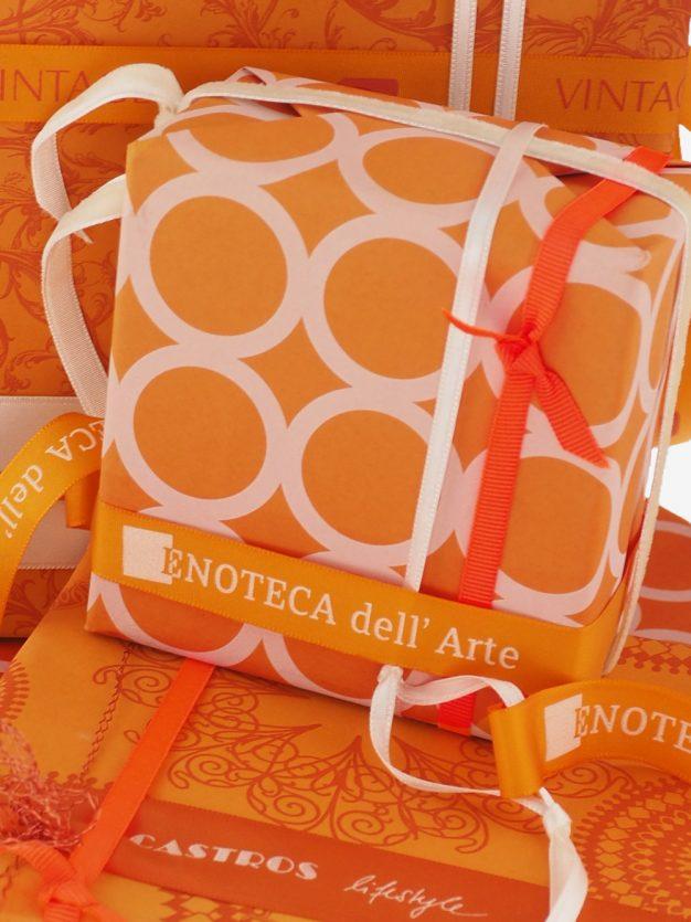 geschenkpapierverpackung-orange-mit-ringe-creme