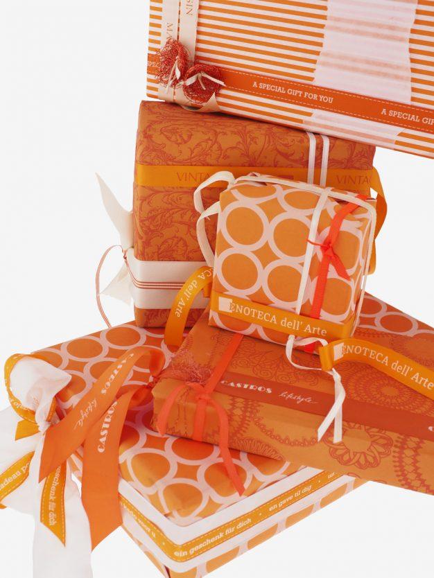 geschenkpapierpaeckchen-orange-mit-ringe-creme