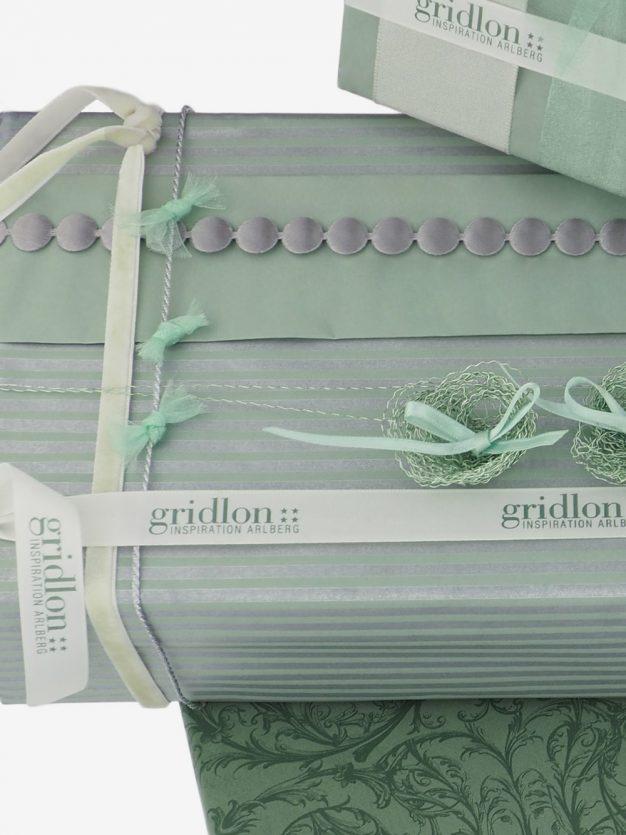 geschenkpapierverpackung-pastellgruen-mit-streifen-silber
