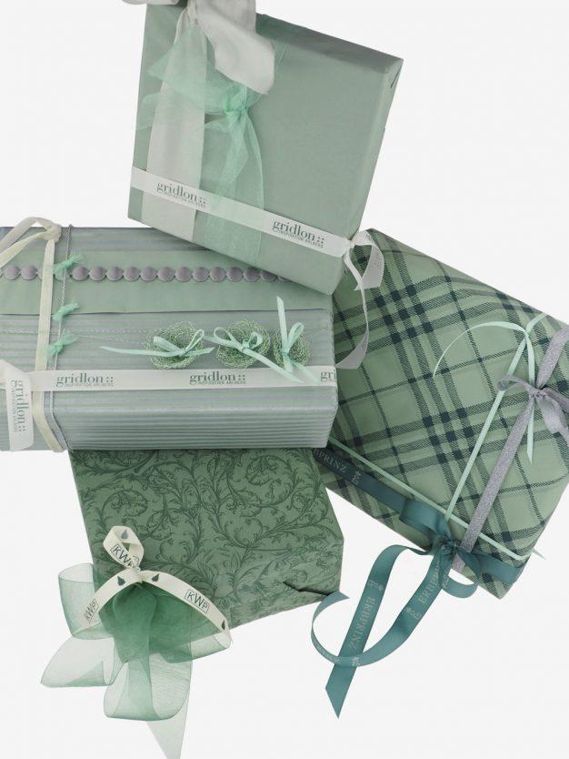 geschenkpapierpaeckchen-pastellgruen-mit-streifen-silber