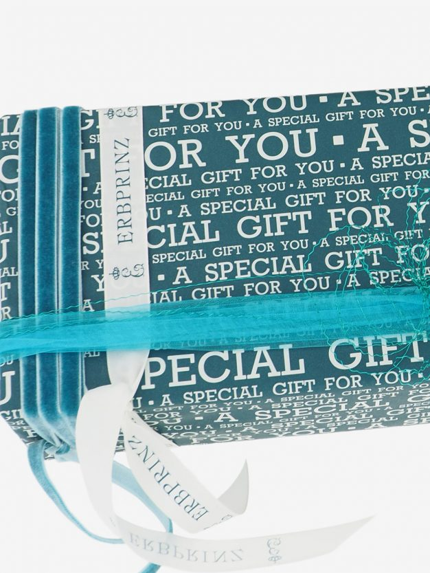 geschenkpapierverpackung-petrolgruen-mit-special-gift-creme