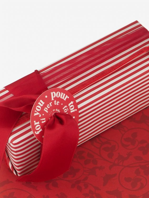 geschenkpapierverpackung-creme-mit-streifen-rot