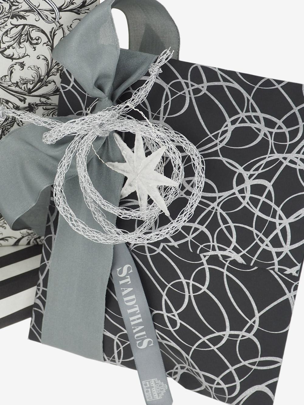geschenkpapierverpackung-schwarz-mit-ovale-silber