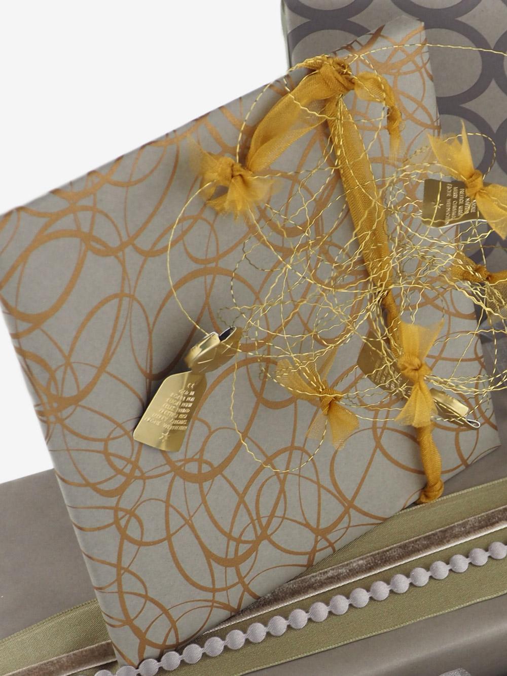 geschenkpapierverpackung-taupe-mit-ovale-gold