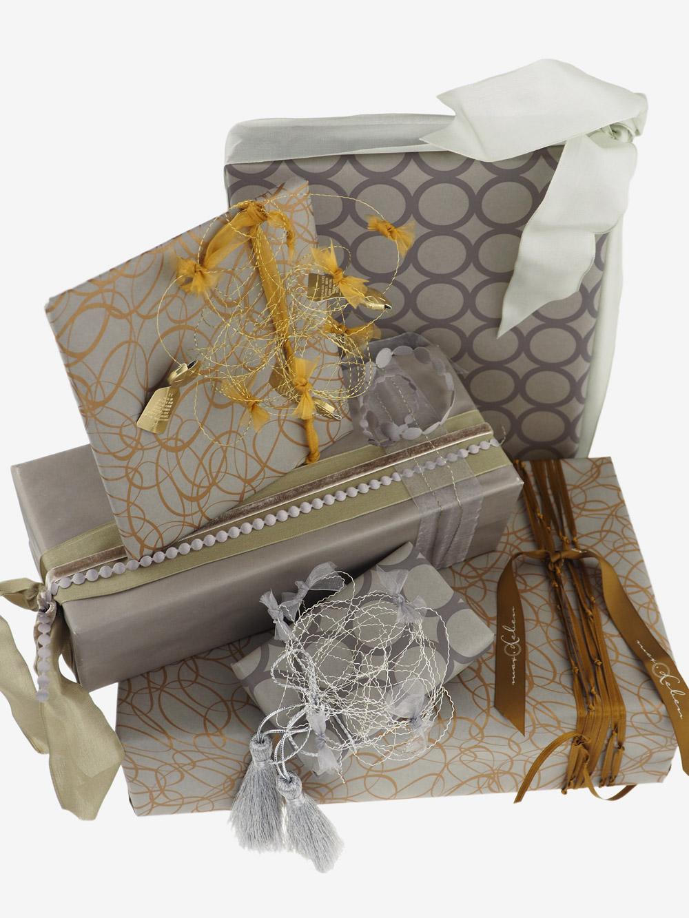 geschenkpapierpaeckchen-taupe-mit-ovale-gold