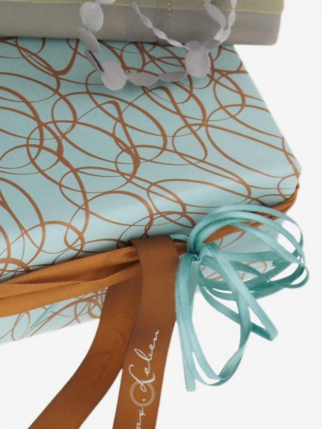 geschenkpapierverpackung-tuerkis-mit-ovale-gold