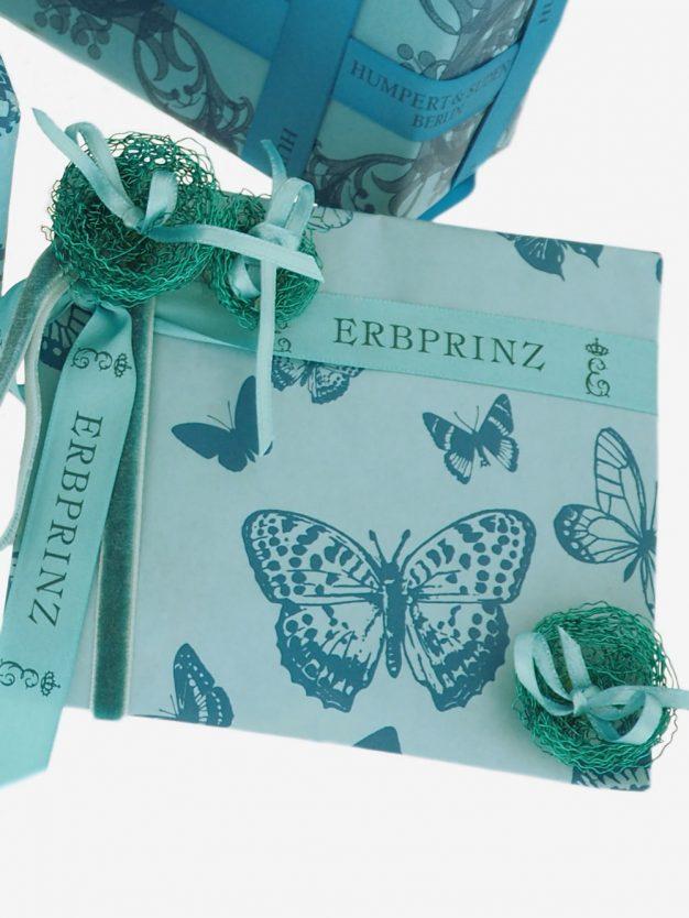 geschenkpapierverpackung-tuerkis-mit-schmetterlinge-dunkeltuerkis