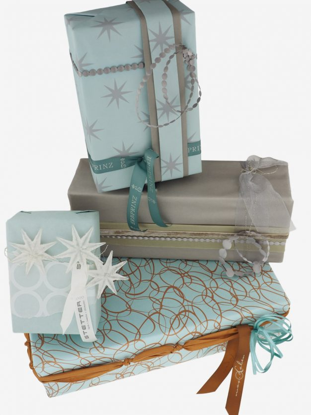 geschenkpapierpaeckche-tuerkis-mit-sterne-grau