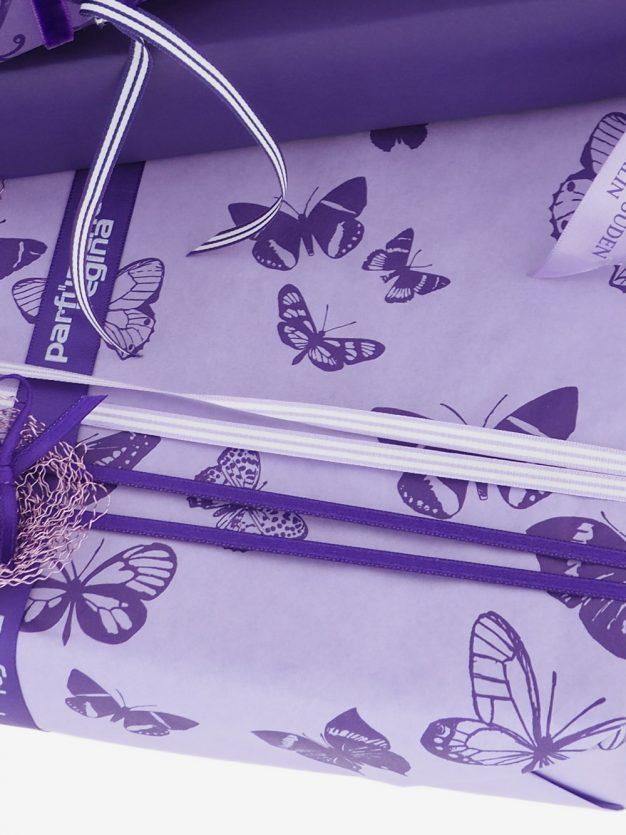 geschenkpapierverpackung-veilchen-mit-schmetterlinge-lila