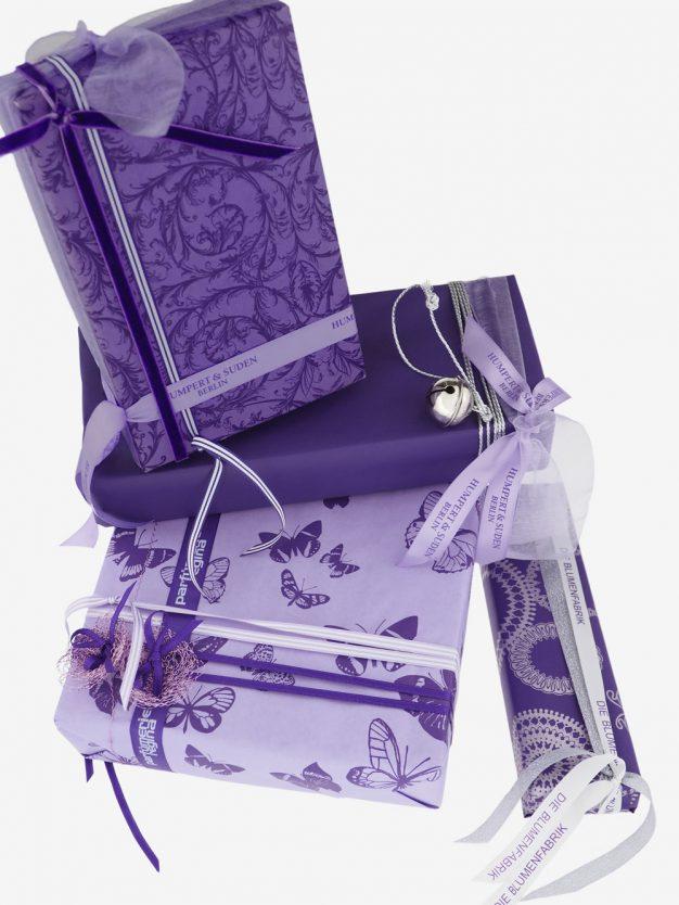 geschenkpapierpaeckchen-veilchen-mit-schmetterlingen-lila