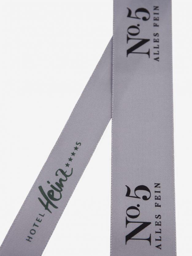 geschenkband-bedruckt-mit-firmenlogo-silber