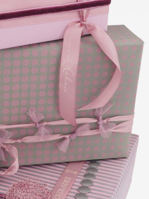 geschenkpapierverpackung-taupe-mit-dottis-blau