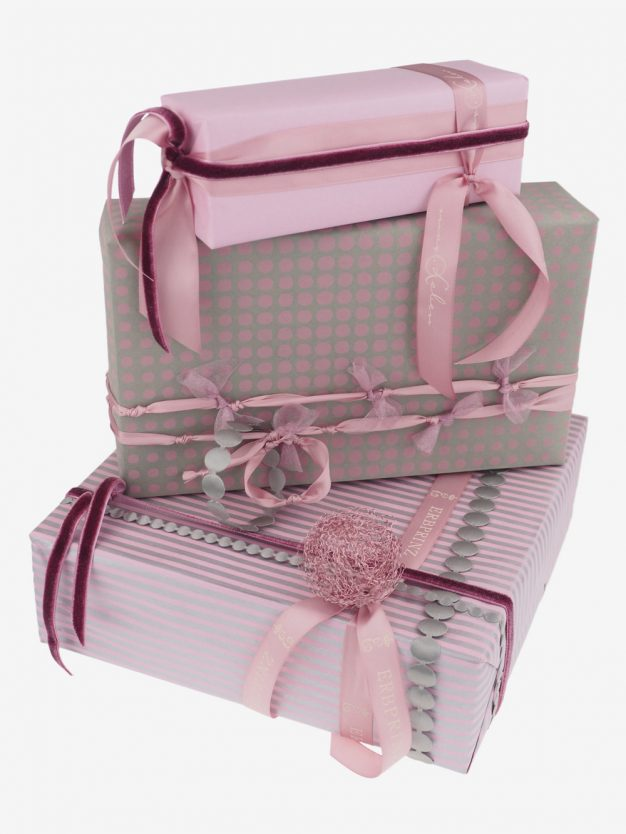 geschenkpapierpaeckchen-taupe-mit-punkte-altrosa