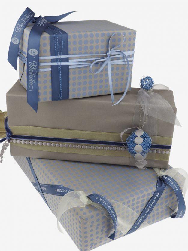 geschenkpapierpaeckchen-taupe-mit-punkte-pastellblau