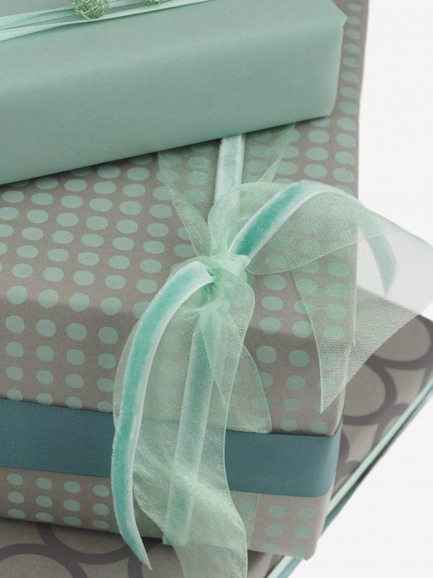 geschenkpapierverpackung-taupe-mit-dottis-pastellgruen